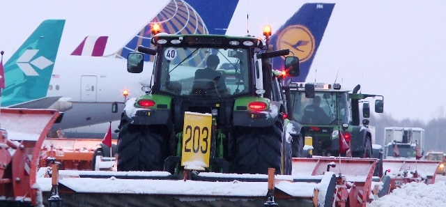 video -At Munich Airport over 600 employees work with special equipment to battle ice and snow