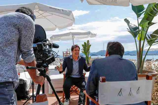 JAVIER BARDEM STOPS BY THE HFPA LOUNGE AT NIKKI BEACH CANNES